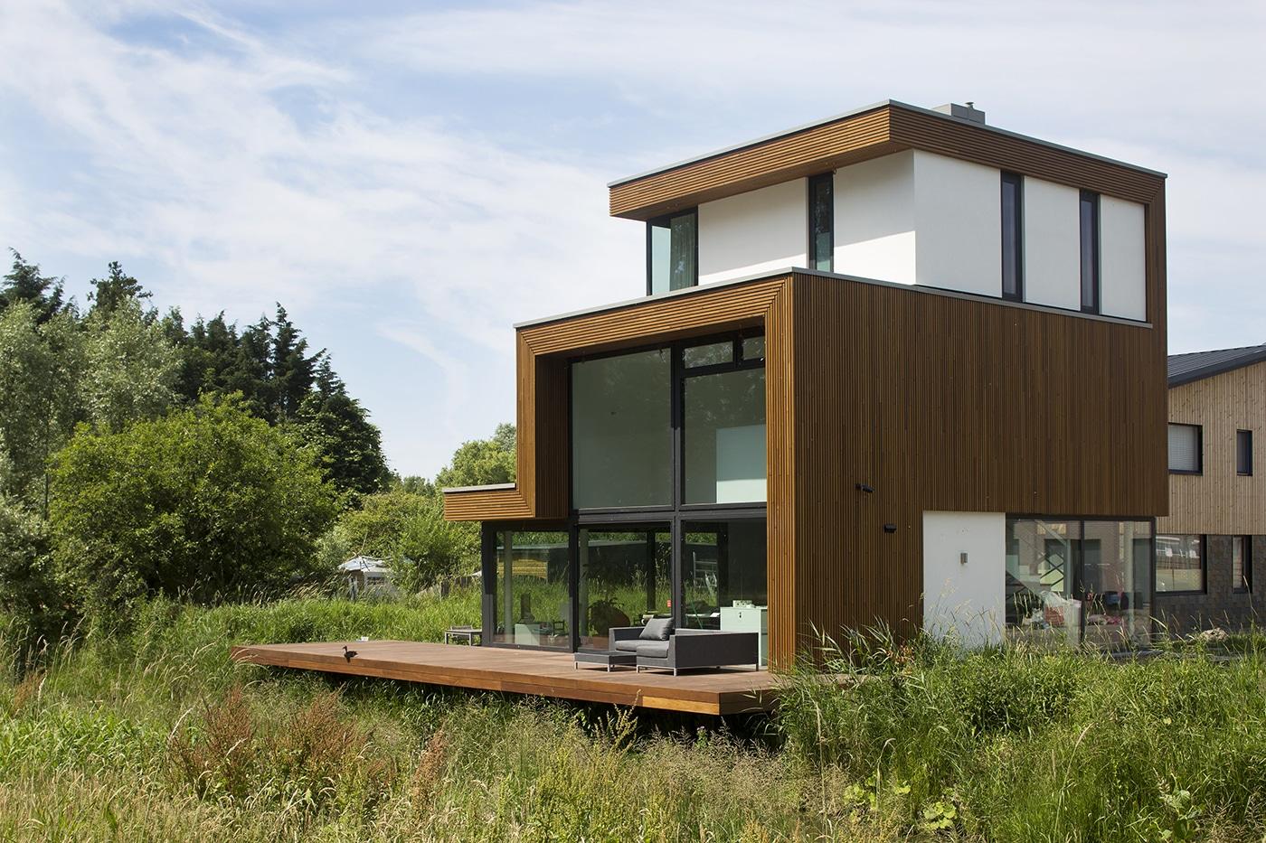 Villa D+H exterieur 2 ligging aan het water en bos
