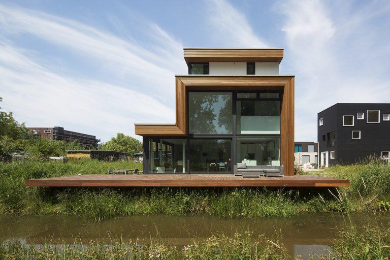 Villa D+H exterieur 3 hoge pui met vide en terras aan het water